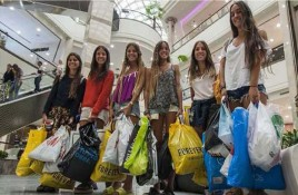 Furor consumista de los argentinos en los shoppings de Chile